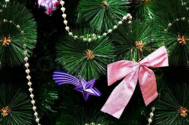 rosa schleife auf dem k nstlichen weihnachtsbaum. Black Bedroom Furniture Sets. Home Design Ideas