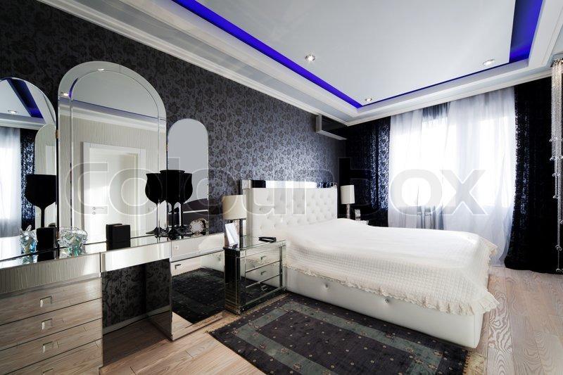 Schöne und moderne Zimmer mit gespiegelt Möbel | Stockfoto | Colourbox