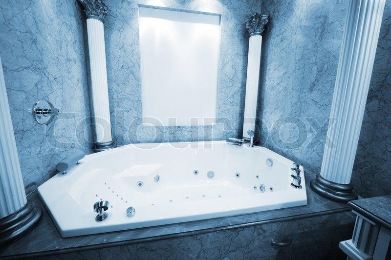 sch ne gro e badewanne im marmorbad stock foto colourbox. Black Bedroom Furniture Sets. Home Design Ideas