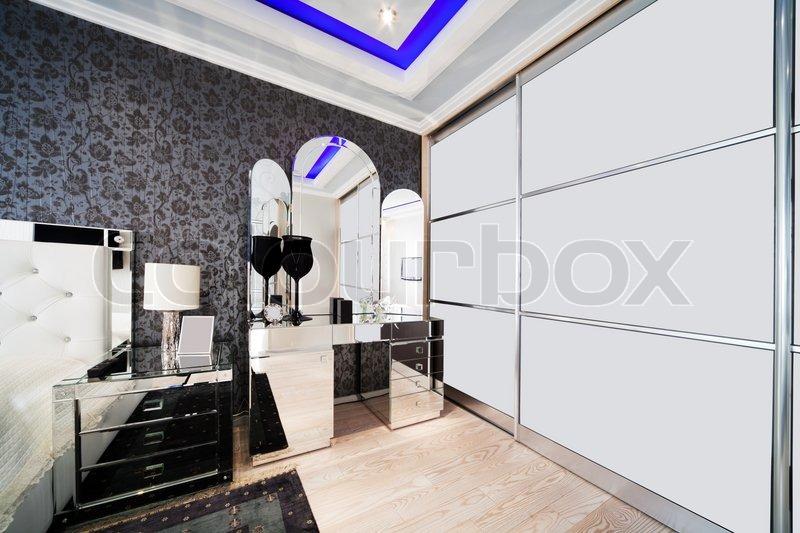 sch ne und moderne zimmer mit verspiegelten m bel stockfoto colourbox. Black Bedroom Furniture Sets. Home Design Ideas