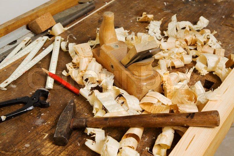 Tischlerei werkzeug  Ein Flugzeug in einer Tischlerei-Werkstatt. Werkzeuge in einer ...