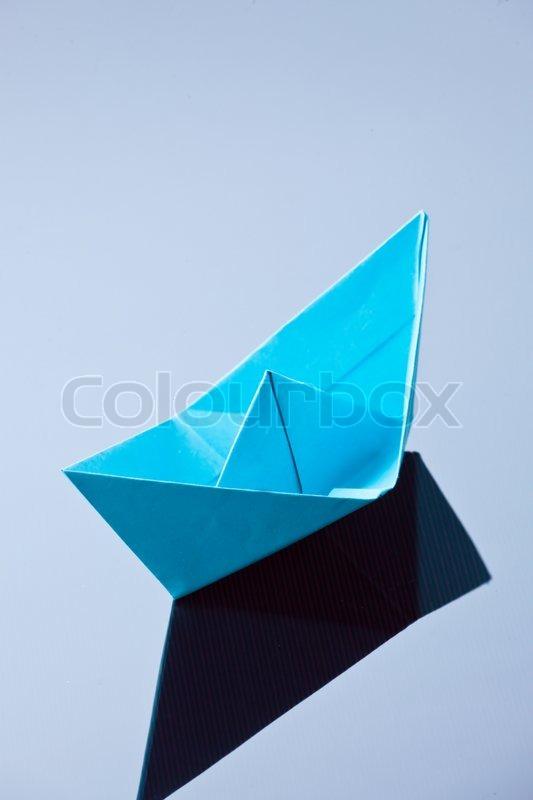 ein schiff aus papier gefaltete foto symbol sehnsucht nach stock foto. Black Bedroom Furniture Sets. Home Design Ideas