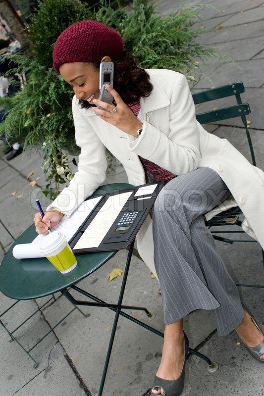En succesfuld karriere kvinde drive forretning udendørs ved et ...