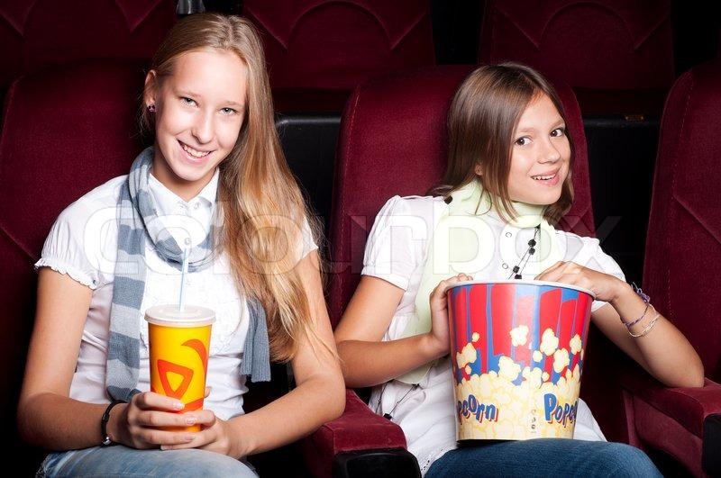 Zwei Mädchen schauen dreidimensionale ...   Stock Bild ...