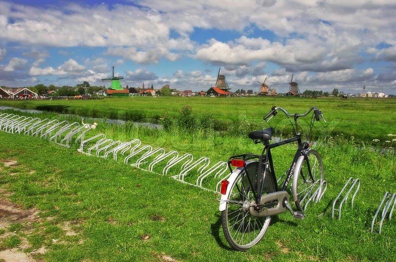 fahrrad auf dem gr nen rasen vor dem hintergrund der windm hlen und einem blauen himmel mit. Black Bedroom Furniture Sets. Home Design Ideas