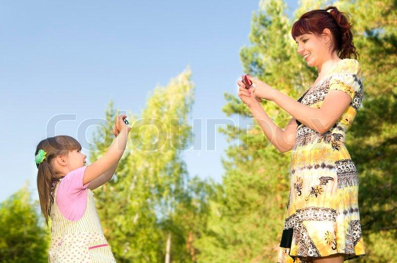 мама с доченькой снимают одежду с друг друга фото