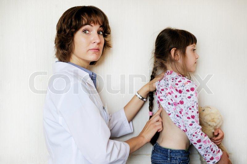 Junge Weibliche Arzt Untersucht Ein Stock Bild Colourbox