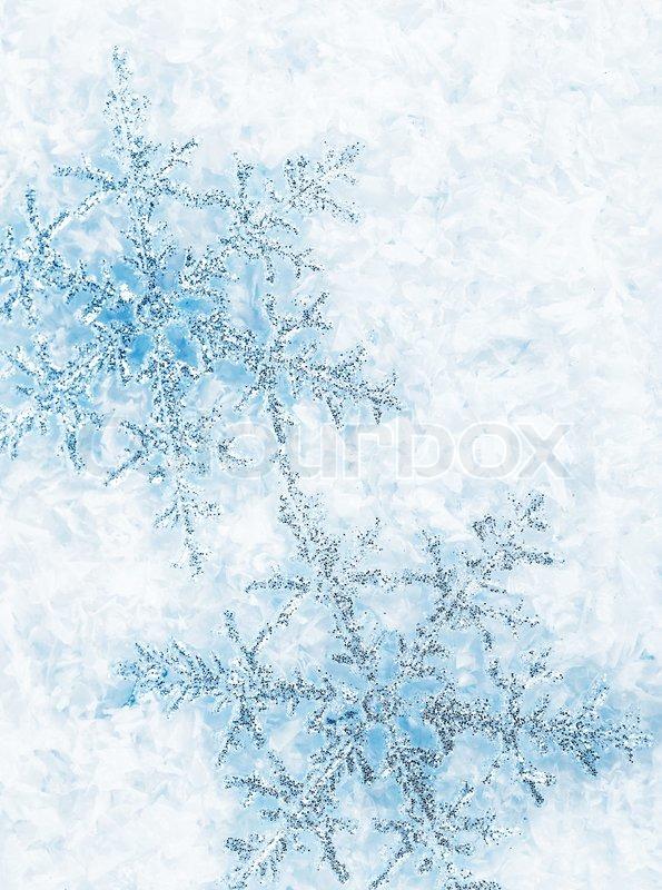 sch ne blaue schneeflocken auf schnee isoliert. Black Bedroom Furniture Sets. Home Design Ideas