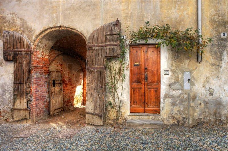 Holz t r und tor eingang zur garage in alten backstein for Door to gate kontakt