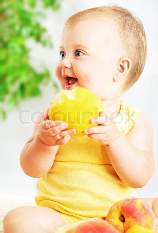 little baby apfel essen closeup portr t konzept der gesundheitsversorgung und gesunde. Black Bedroom Furniture Sets. Home Design Ideas
