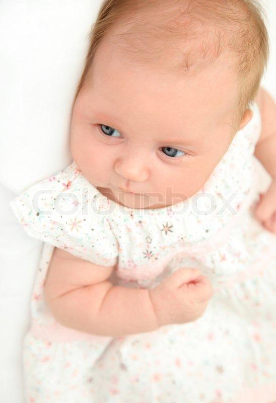 Kleine Niedliche Baby Mädchen Trägt Ein Stockfoto Colourbox