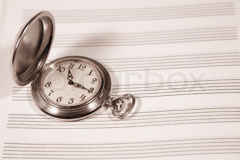 Taschenuhr gezeichnet  Taschenuhr auf einem Notenblatt (in Sepia, Retro-Stil ...