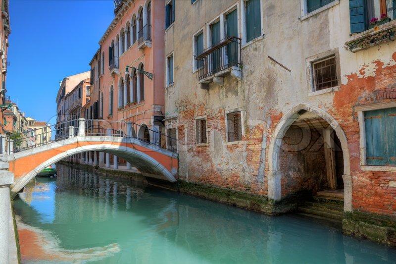 Häuser Italien kleine brücke über den kanal und bunten alten häuser in venedig