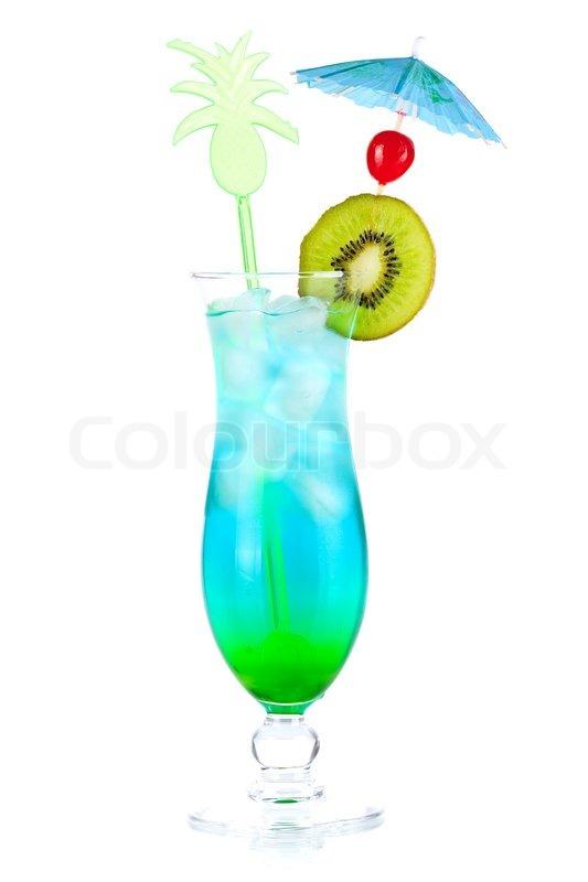 blaue tropische alkohol cocktail mit kiwi in scheiben schneiden und maraschino isoliert auf. Black Bedroom Furniture Sets. Home Design Ideas