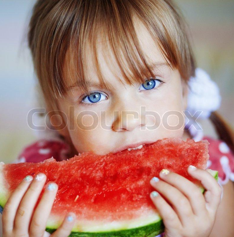 Funny Kind Essen Wassermelone Closeup Stockfoto Colourbox