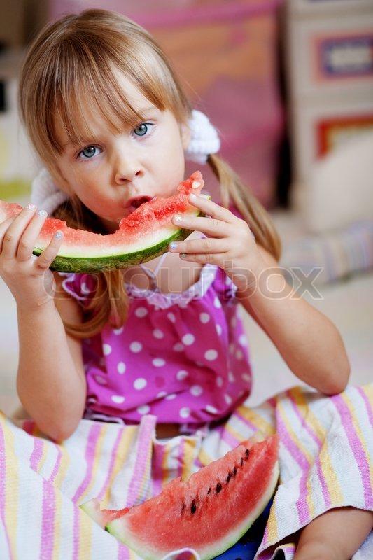 fauuny kind essen wassermelone closeup stockfoto colourbox