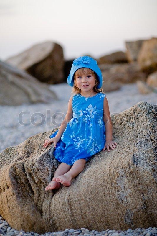 I Kjole Foto Baby Hat Stock Og Sidder På Pige Colourbox Blå 5xqqrwtCZR