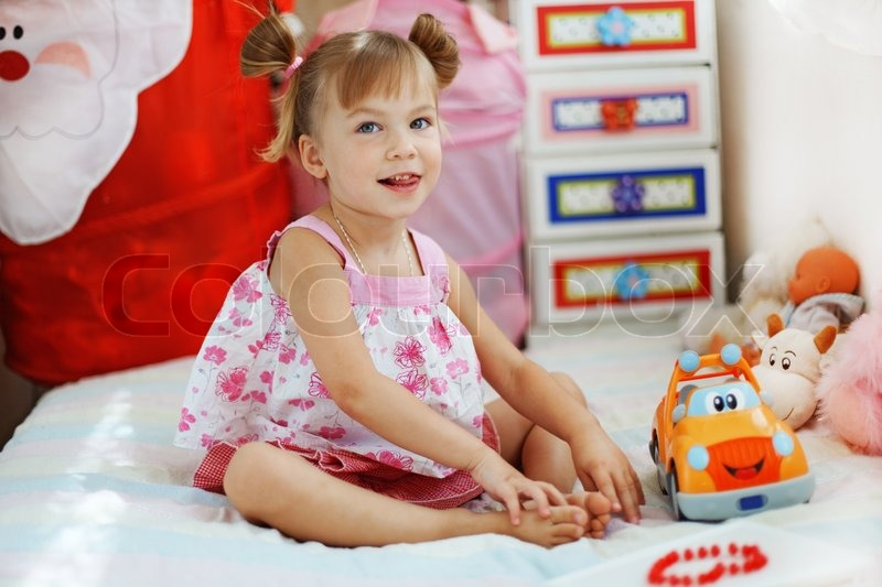 kleine m dchen spielen mit spielzeug in ihrem kindergarten. Black Bedroom Furniture Sets. Home Design Ideas