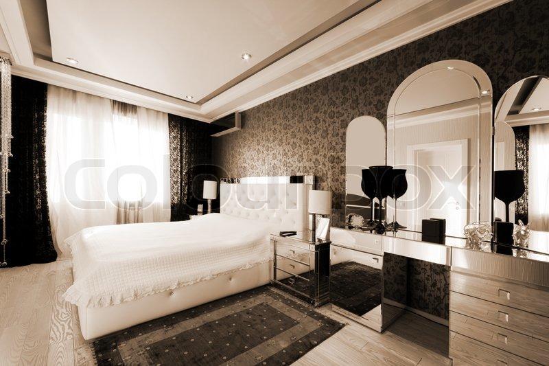 Sch ne und moderne zimmer mit gespiegelt m bel stockfoto for Schone moderne schlafzimmer