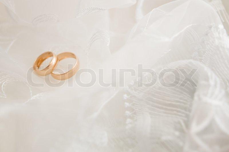 hochzeit hintergrund mit goldenen ringen und schleier stockfoto colourbox. Black Bedroom Furniture Sets. Home Design Ideas