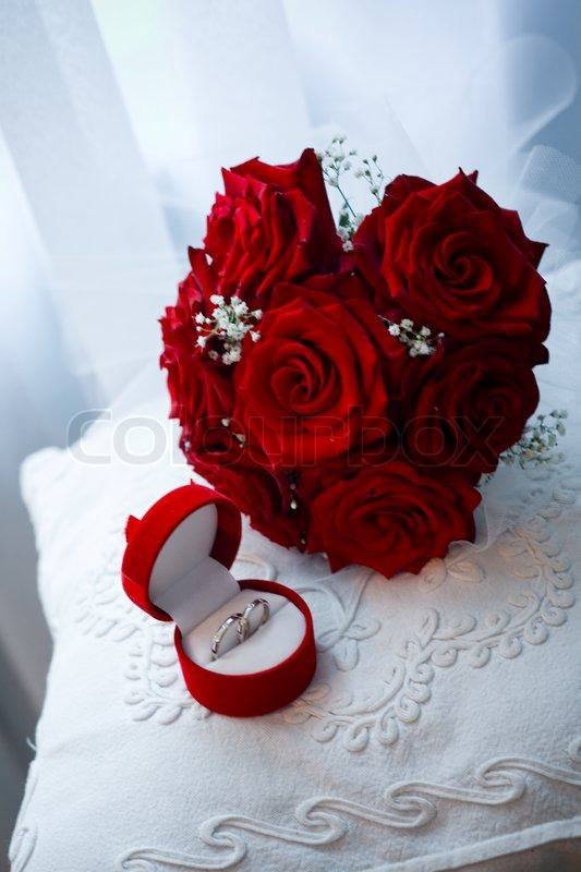 Wedding rings in box and bridal bouquet from red roses | Stock Photo ...