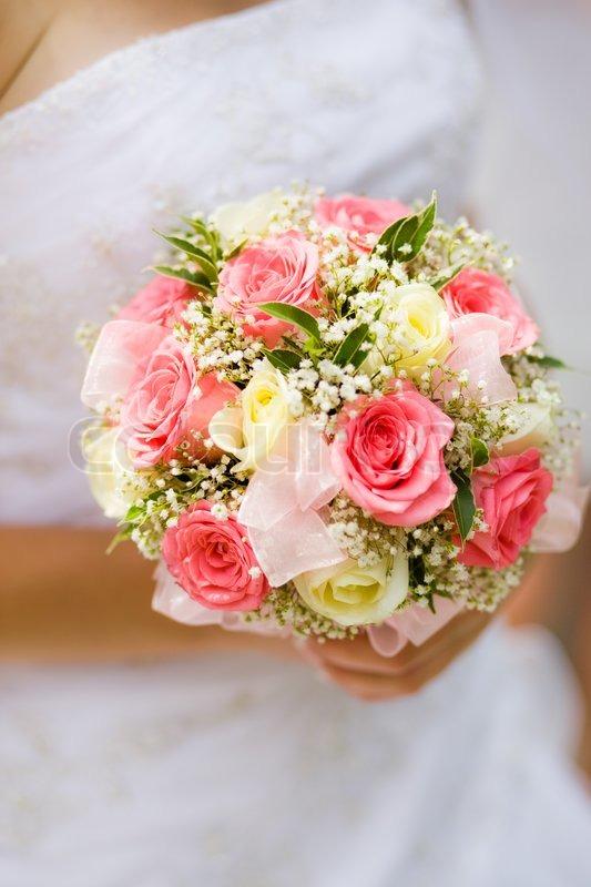 hochzeit bouquet mit wei en und rosa rosen in der hand braut stockfoto colourbox. Black Bedroom Furniture Sets. Home Design Ideas