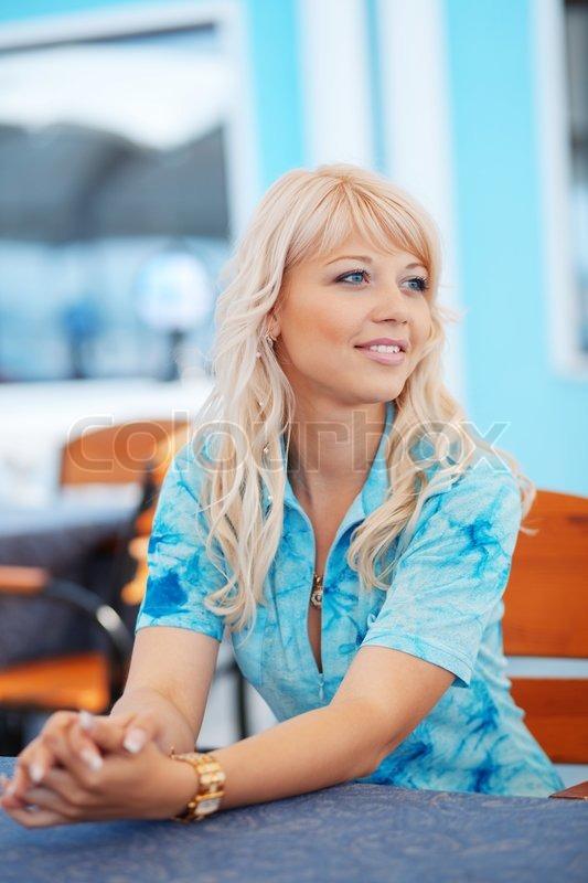 eedfed7b7ba2 Stock foto af  Ung smuk kvinde venter på nogen i cafe