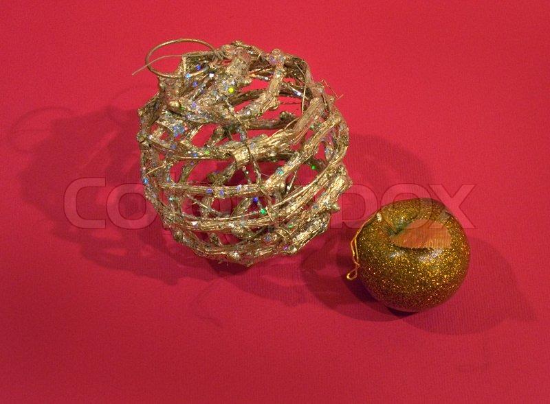 zusammensetzung mit korbgeflecht weihnachtsbaum ball und apfel auf rotem hintergrund mit ihren. Black Bedroom Furniture Sets. Home Design Ideas