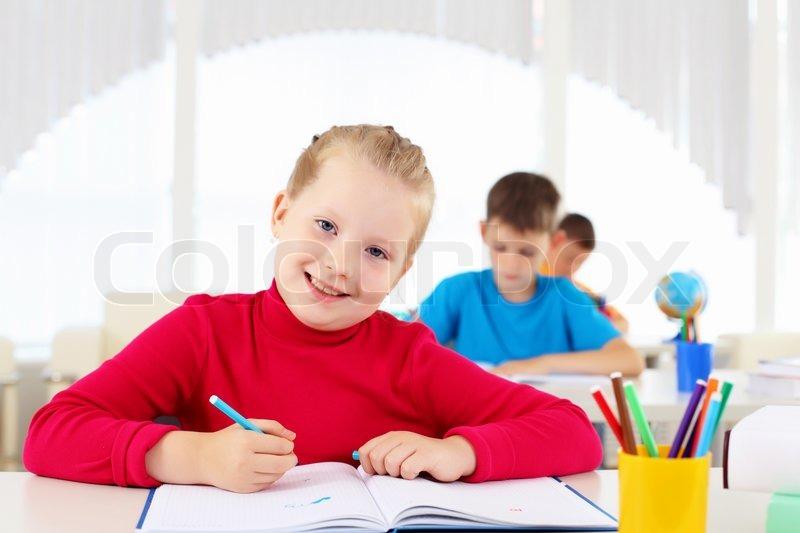 Portrait eines jungen m dchens in der schule am for Schreibtisch grundschule