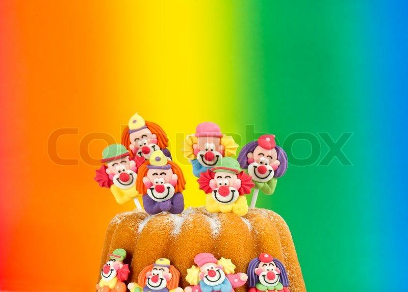 Geburtstagstorte mit clown dekoration und regenbogen for Regenbogen dekoration