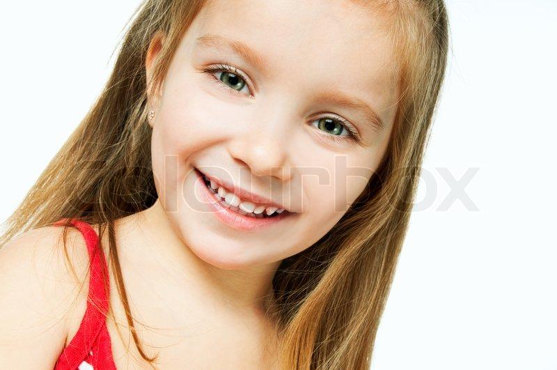 Schöne kleine mädchen lächelnd auf einem weißen hintergrund stock