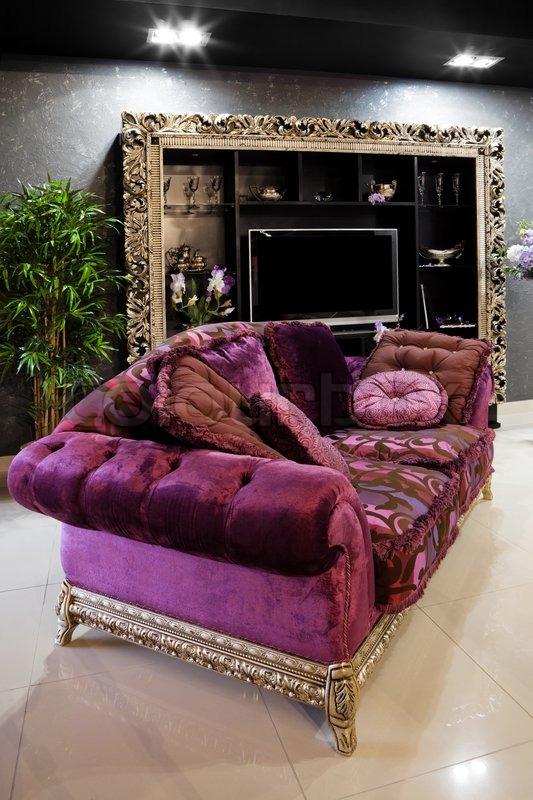 Smuk lilla sofa i en moderne lejlighed | stock foto | Colourbox