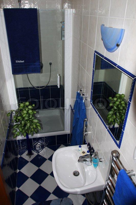 Interiør fra et lille badeværelse med ... | Stock foto | Colourbox