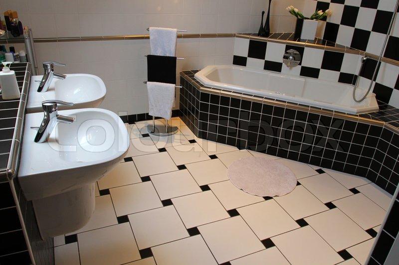 Innenansicht eines modernen Badezimmer Schwarz-Weiu00df ...