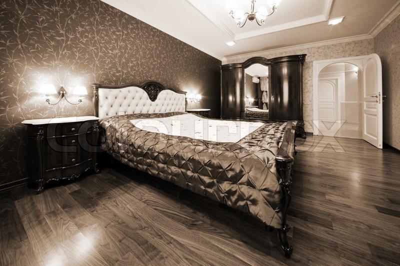 moderne schlafzimmer mit bett und die weiße tür | stockfoto
