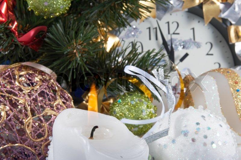 festliche weihnachten zusammensetzung mit uhr verschiedene urlaubs kugeln kerze und andere. Black Bedroom Furniture Sets. Home Design Ideas