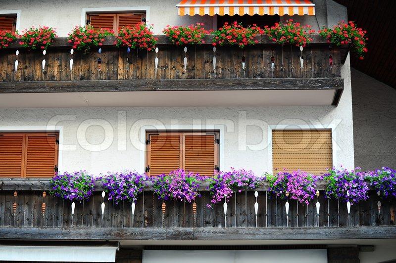 typische holz loft mit frischen blumen in den italienischen alpen dekoriert stockfoto colourbox. Black Bedroom Furniture Sets. Home Design Ideas