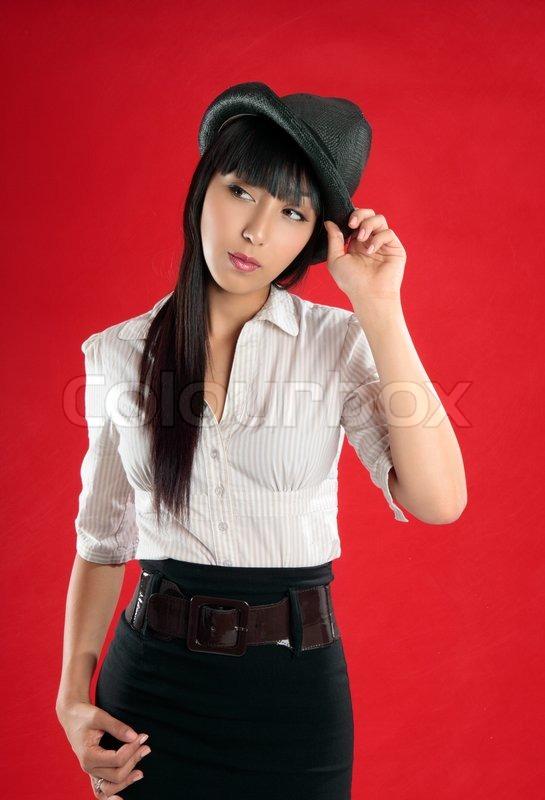 Ung smuk kvinde, iført en beige hvid | Stock foto