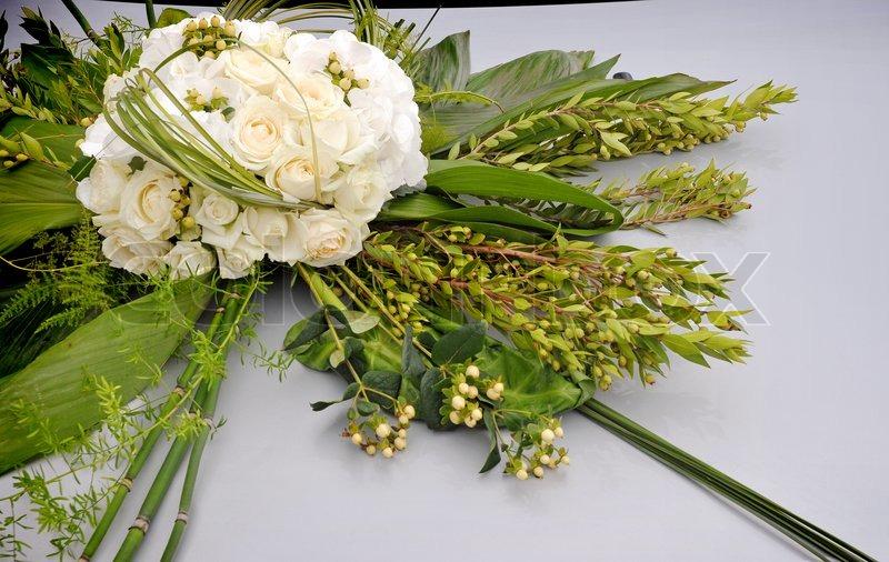 Stock foto af 'bryllup dekorationer - blomster på kølerhjelmen af