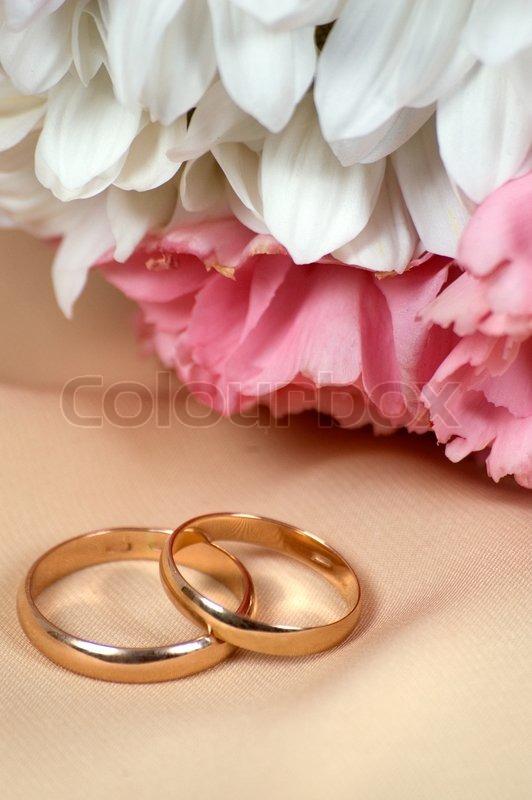 Hochzeit Blumen Und Ringe Stockfoto Colourbox