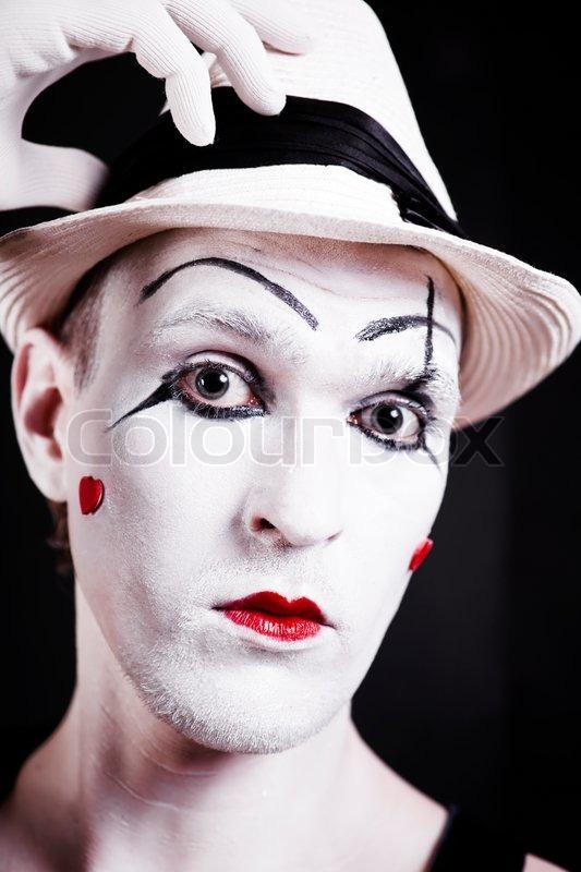 Studio portr t af alvorlige teater klovn i hvid hue med for Farcical pantomime