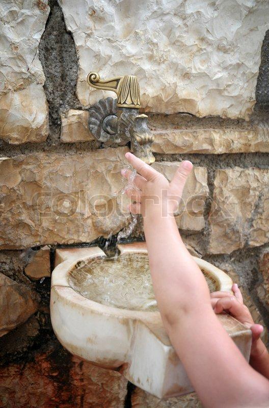 Stock foto af 'et barn , til at vaske hænder under rindende vand'