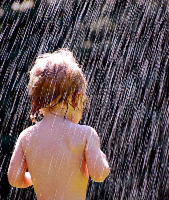 Dusche Wand Feucht : Kleine M?dchen und eine kalte Dusche Stock-Foto Colourbox