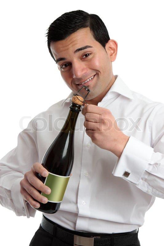 ein fr hlicher barkeeper oder mann feiert nach dem ffnen einer flasche sekt oder champagner. Black Bedroom Furniture Sets. Home Design Ideas
