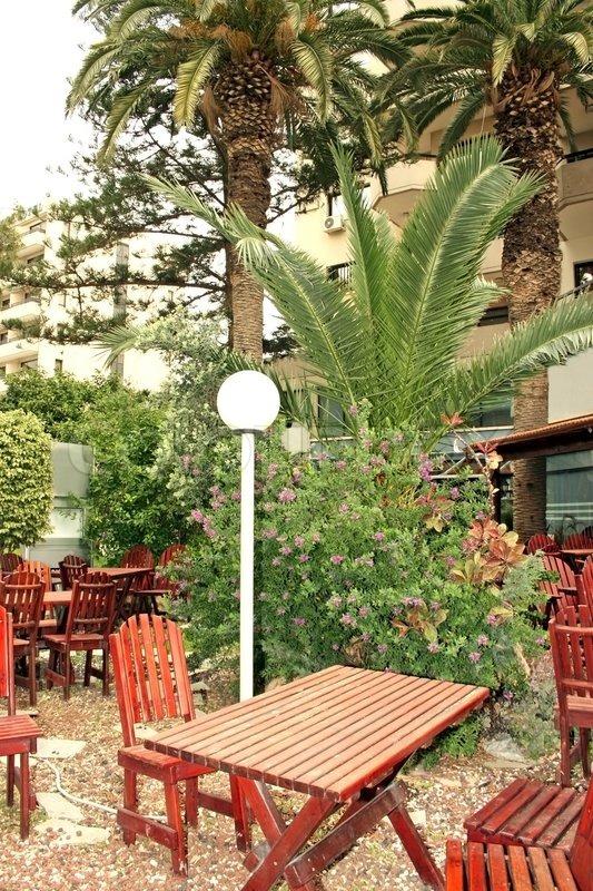 Udendørs restaurant møbler i haven  stock foto  Colourbox