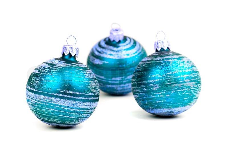 Drei blaue weihnachtskugeln isoliert auf wei em for Christbaumkugeln blau