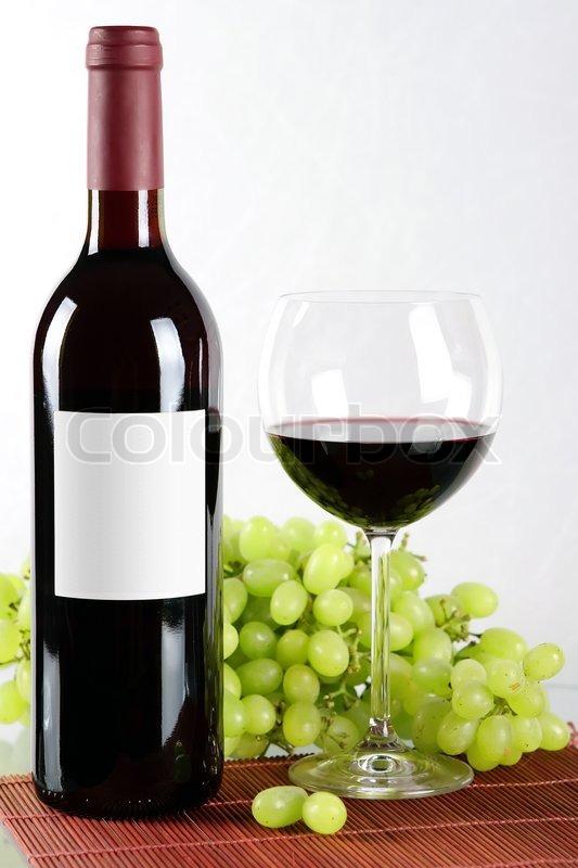 flasche und glas rotwein und trauben auf der r ckseite. Black Bedroom Furniture Sets. Home Design Ideas