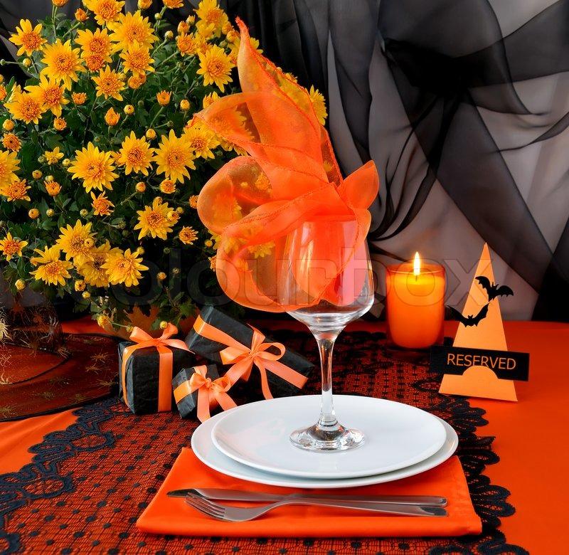 festlich gedeckter tisch design im stil von halloween geschenke stockfoto colourbox. Black Bedroom Furniture Sets. Home Design Ideas