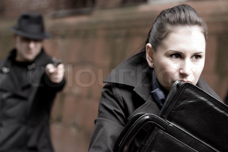 foto-devushka-ugrozhaet-parnyu-pistoletom
