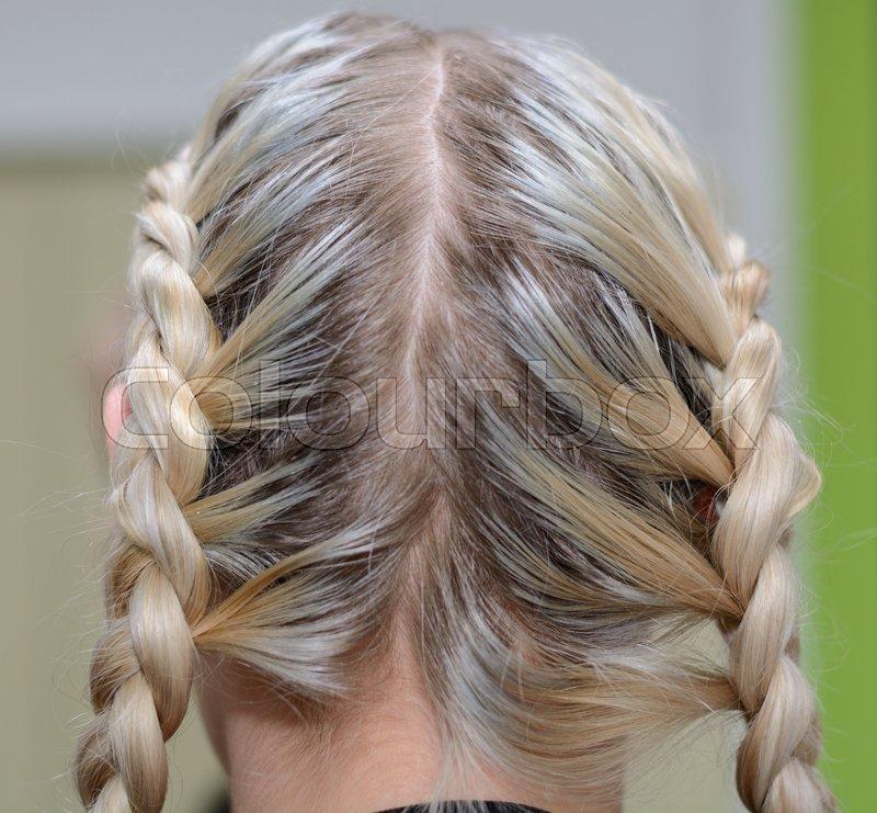 Blondine Hat Lange Haare Zu Einem Zopf Stockfoto Colourbox